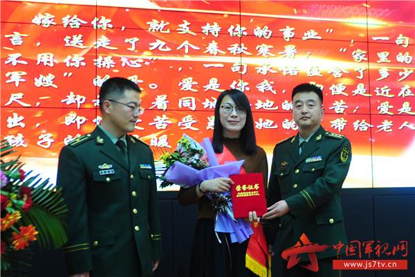 """7支队领导向""""好军属""""表示感谢。(袁浩翔摄)"""