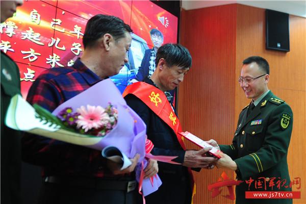 """8支队领导向""""好军属""""表示感谢。(袁浩翔摄)"""