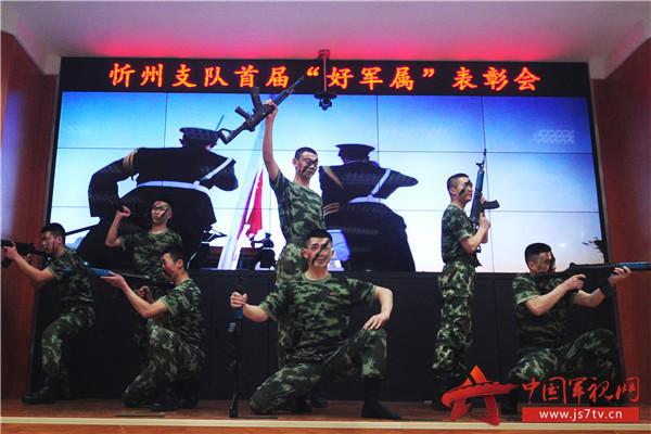 9支队官兵表演舞蹈《砺军魂》。(袁浩翔摄)