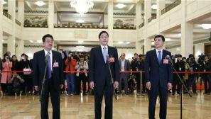 政协会议闭幕会:全国政协委员接受采访