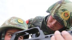 这个女兵班长严起来吓人 帮战友却超耐心