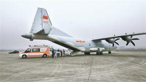 空军首次派遣运-9赴西藏转运病危军人