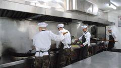 平凡的一天:走进战略支援部队某部炊事班的生活