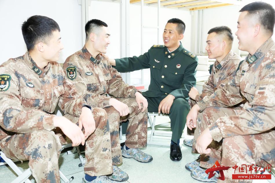 集合场隆重集会专程为电子对抗连班长赵春生从三级士长晋升二级