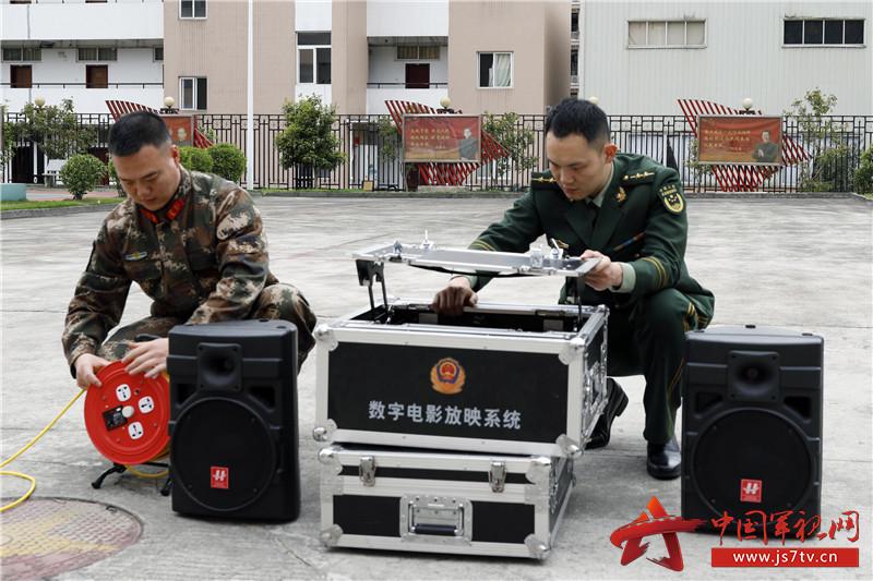 图4:电影组成员调试安装设备