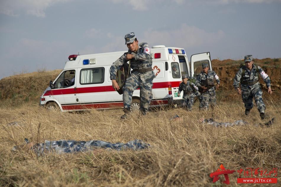 """图1,战场救护组抢救""""遭空袭""""伤员"""