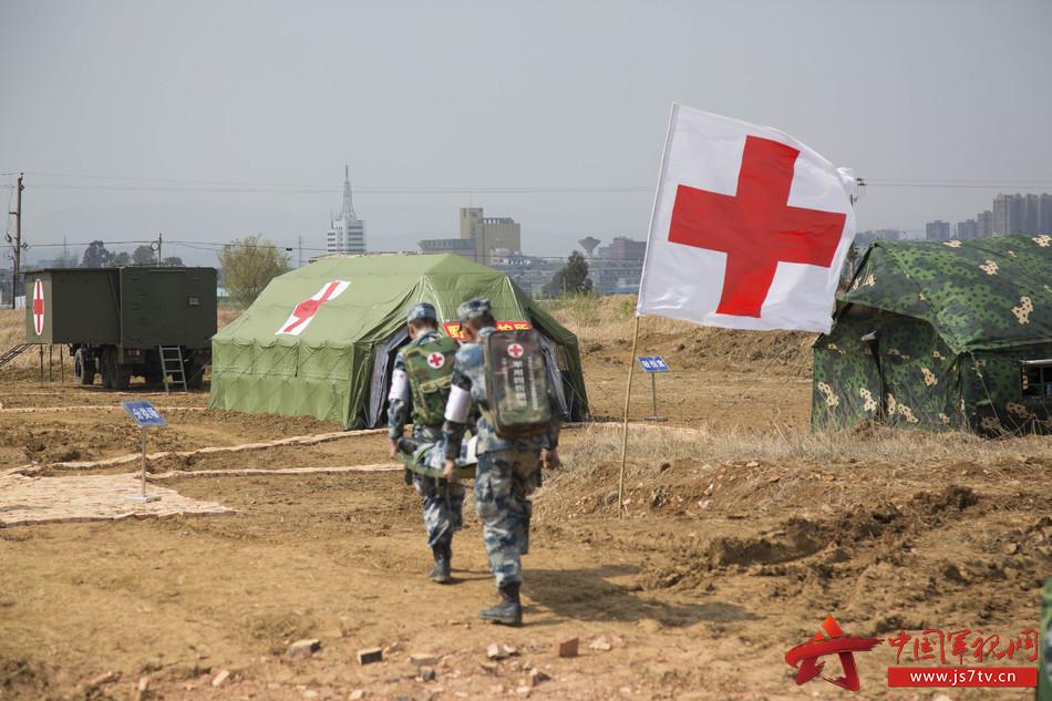图8,战场救护组将病员送入对应科室