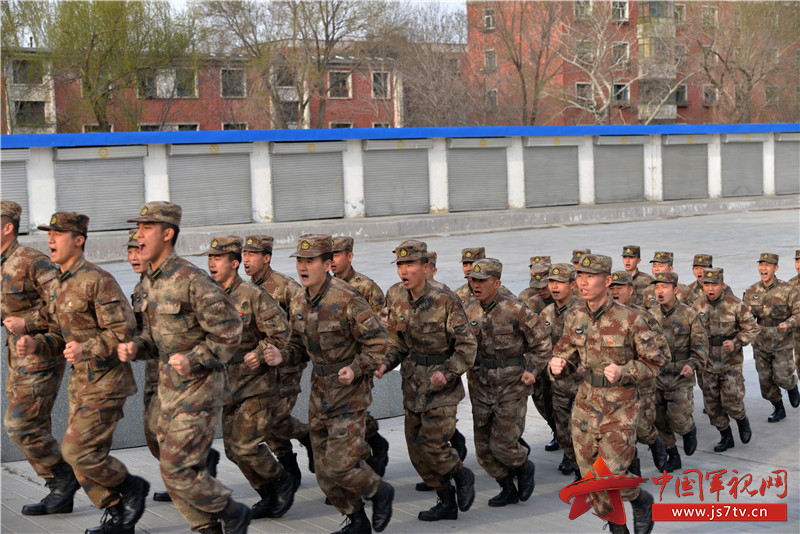 在嘹亮的《中国人民解放军军歌》声中,大会拉开帷幕,学员代表走上发言