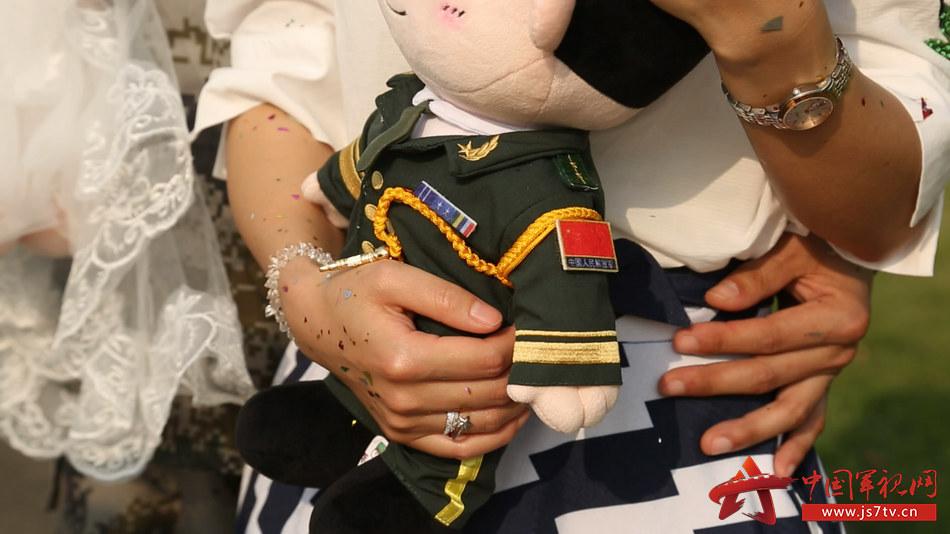 图3.娃娃与戒指(叶嘉健摄)