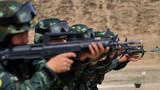 射击训练前,特战队员进行预习训练。