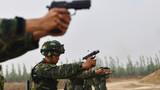 进行手枪快速射击训练。