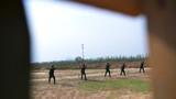 每一轮射击前,特战队员在进行体会练习。