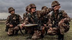 新疆军区某炮兵团:战备拉练场面似大片