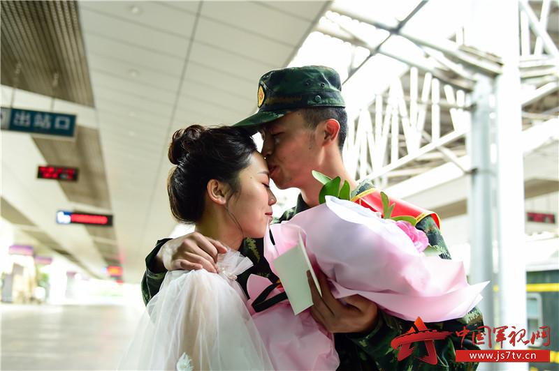 4月25日,刘巧玉与妻子曹洲雯在重庆火车北站的站台上深情相吻。
