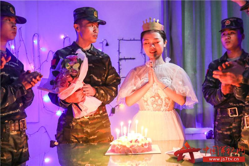 4月25日,刘巧玉与战友在中队班内一起为曹洲雯庆祝25岁生日。 (2)