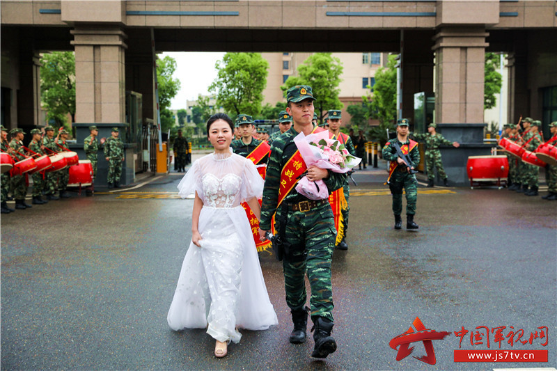 4月25日,在掌声和鲜花中,刘巧玉与妻子曹洲雯携手回到营区。 (2)