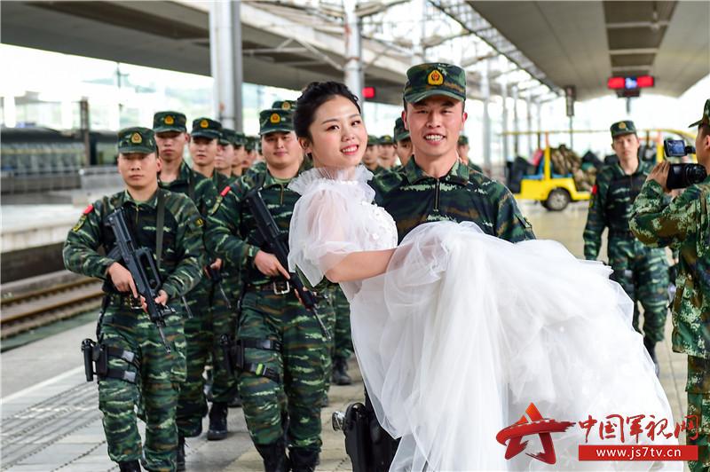 4月25日,在重庆火车北站,刘巧玉与妻子曹洲雯携手并进,脸上挂满了幸福的笑容。 (2)