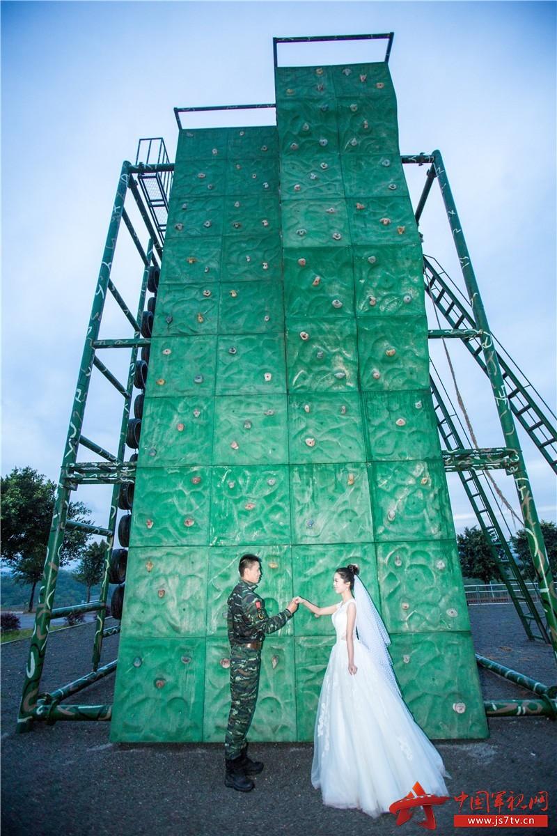 2017年4月,曹洲雯在刘巧玉出任务前,特地赶到重庆与丈夫拍摄的婚纱照。 (1)