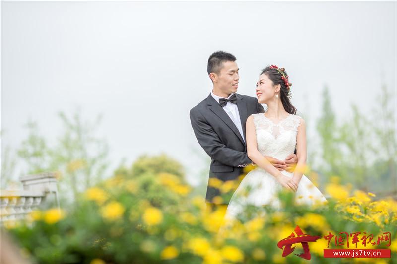 2017年4月,曹洲雯在刘巧玉出任务前,特地赶到重庆与丈夫拍摄的婚纱照。 (4)