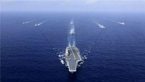 高清:中国海军航母编队劈波斩浪