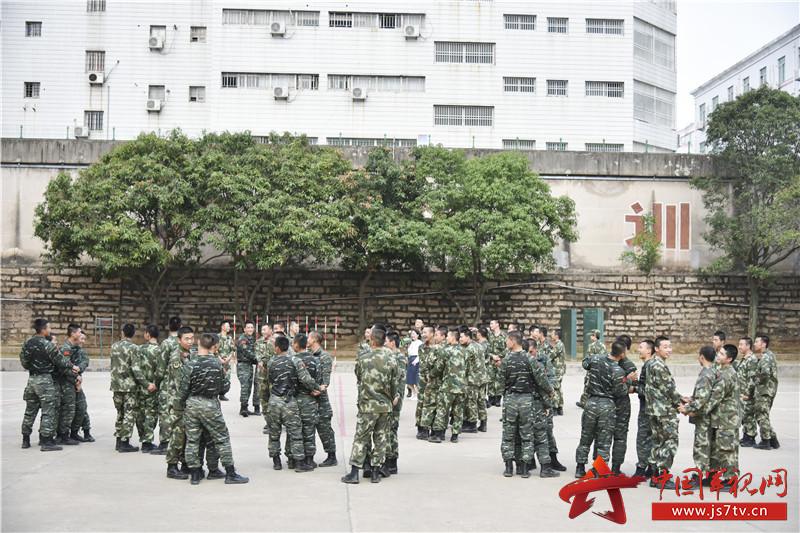 """""""大树与松鼠""""游戏中战士们互相组团抱对"""