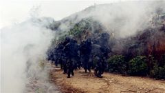直击边防官兵雨中20公里战斗体能强化训练现场