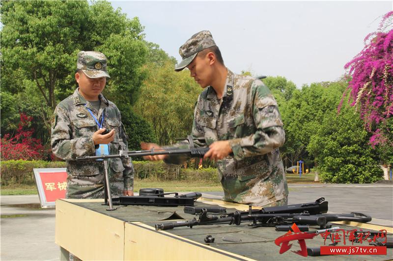 3、参赛选手对手枪、步枪和轻机枪进行连贯分解结合。 _副本