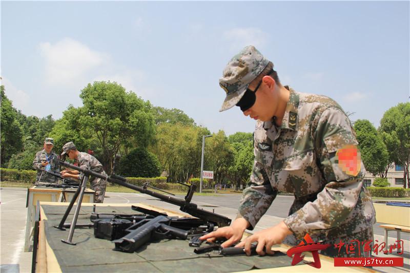 6、手枪、步枪和轻机枪3种枪械,在无光条件下进行分解结合。