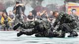 武警龙岩支队上杭中队官兵进行新大纲擒敌术科目演示。