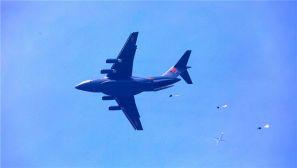 霸气!运20首次与空降兵部队联合开展空降空投训练