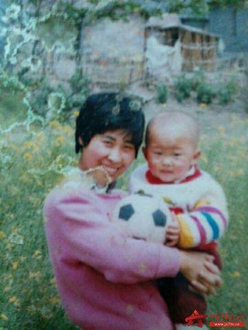 图3:@航海员钱政浩:妈妈的笑容是世界上最甜美的笑容。只是,这张照片,不知道是妈妈喜欢足球还是我喜欢足球。
