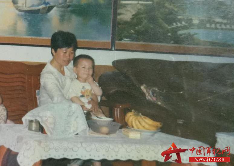 图13:@网络助理工程师胡孟哲:忘不了早上的豆浆,忘不了您期盼的目光,忘不了临行前沉甸甸的背囊,母亲,我于东南远望,祝您幸福安康。
