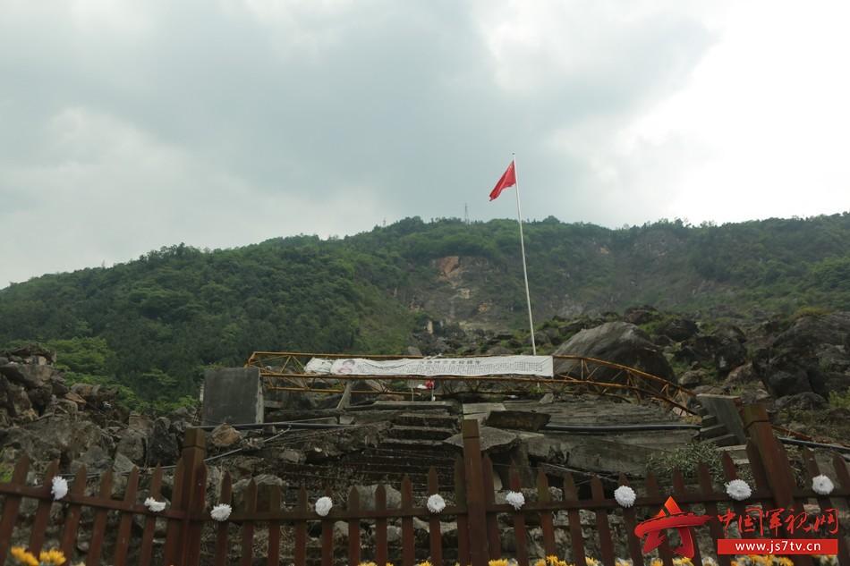 地震后,北川中学这根旗杆屹立不倒至今。