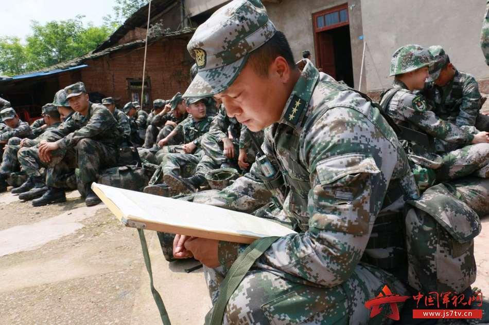 拉练途中,舒海峰研究行军路线。