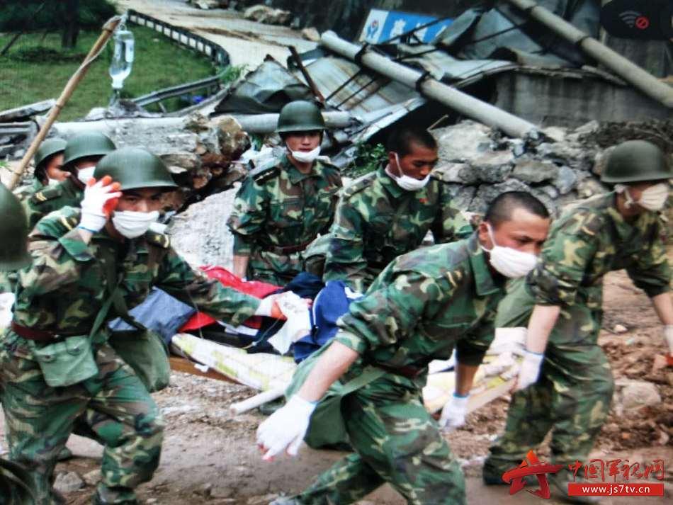 舒海峰(图前排右一,不戴头盔】在汶川抗震救灾中运送伤员。