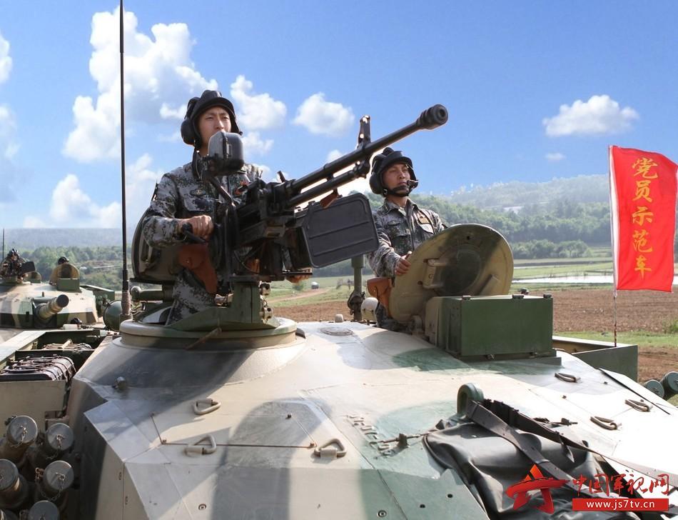舒海峰(右一}参加党员示范车专业训练。