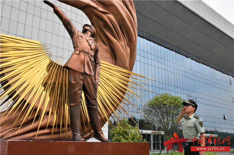 图一:该队学员伫立在红色雕塑前,深刻领悟革命精神,注目凝神,庄严敬礼。