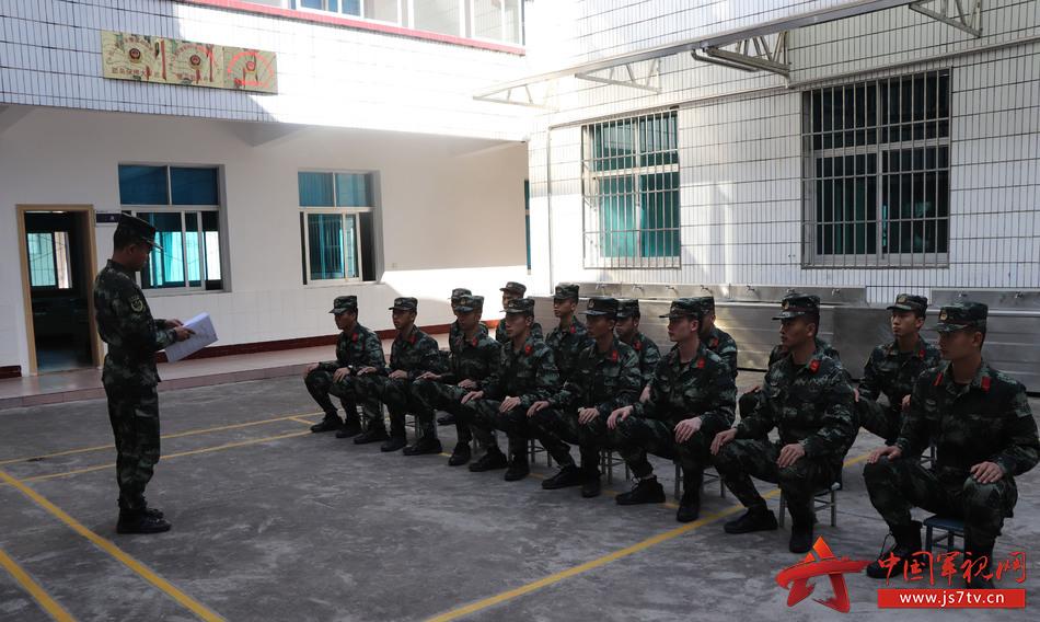 图2:为官兵上一堂戒烟专题课。