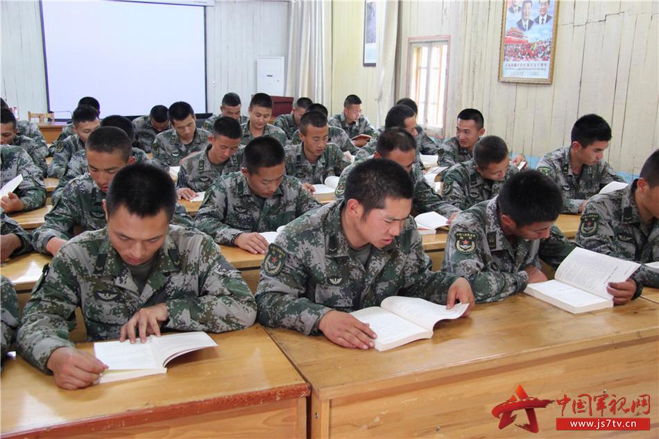 12官兵阅览赠送的书籍