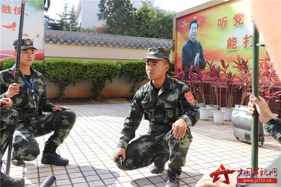 图1:刘朝祥队长在和中队战士进行日常训练。