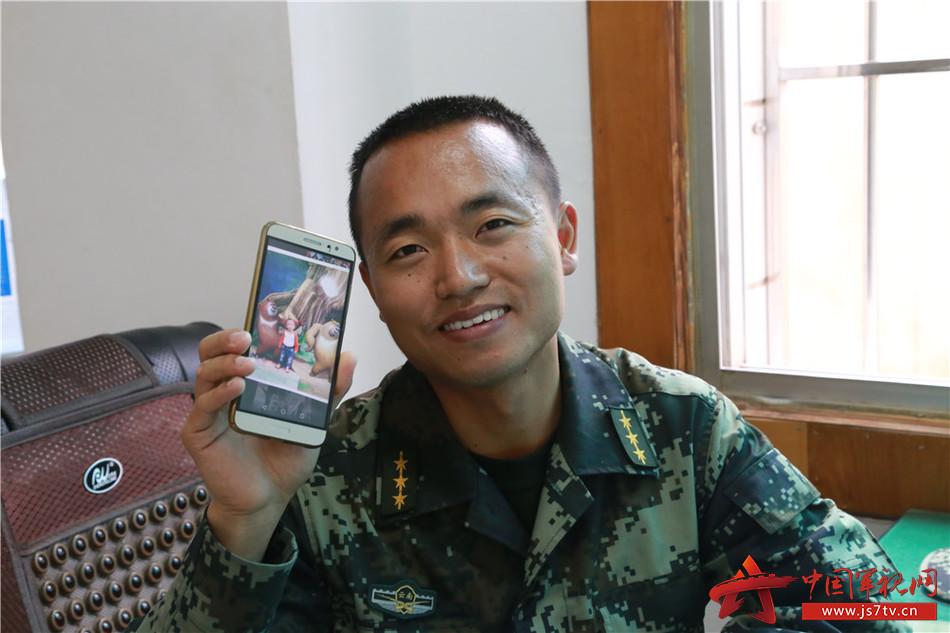 图2:刘朝祥队长在向小编展示儿子的照片,脸上洋溢着满满的幸福!