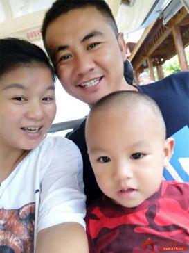 图4:李彦休假时和家人的合影,今天儿童节只有孩子的妈妈陪着孩子。