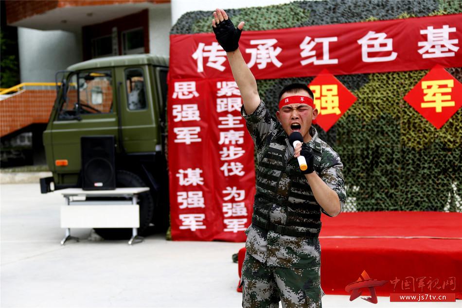 图二:该营教导队战士深情讲述身边老班长的强军故事  毕笑杨摄
