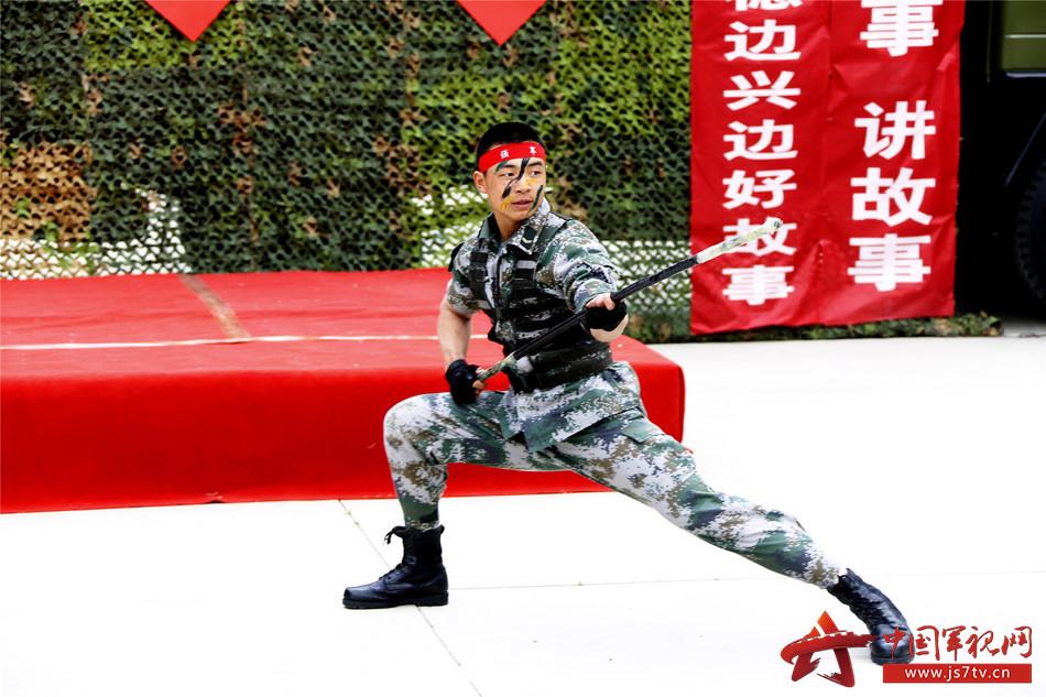 图三:该营教导队战士现场表演武术点燃练兵热潮  毕笑杨摄