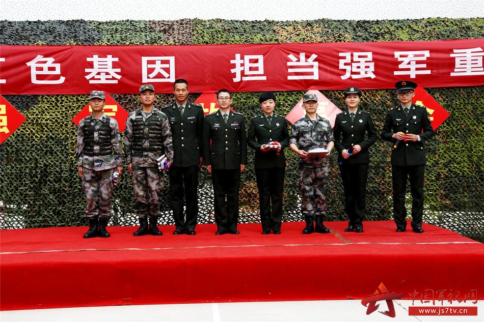 图五:该营主官与演讲官兵合影  毕笑杨摄