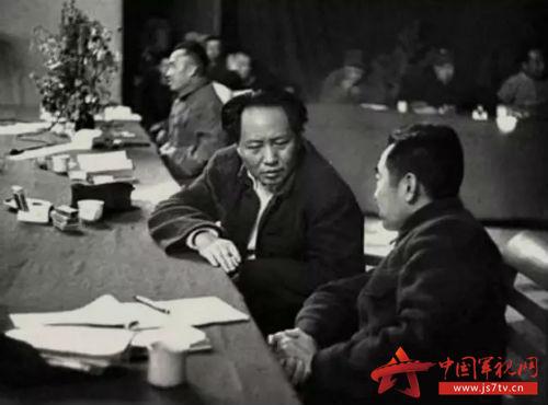 毛泽东和周恩来在中共七大会议上交谈。