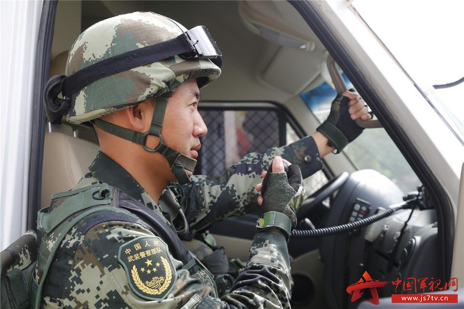 """【我身边的战友】强鹏:一名""""法官""""队长的带兵之路"""