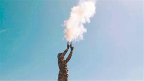 新疆军区:炮弹出膛瞬间 戈壁最美风景