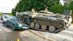 坦克失控撞向私家车 碾压而过惊险万分