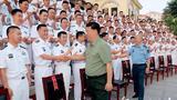 习近平在潜艇航泊日志上郑重签名。